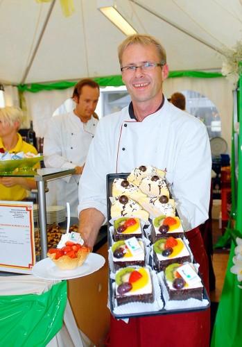 Hermann Niehaves verwöhnt die Gäste des Festes der Sinne mit Süßem und Herzhaftem aus seiner Bäckerei und Konditorei. (Foto: Gudrun Scholand-Rebbert)