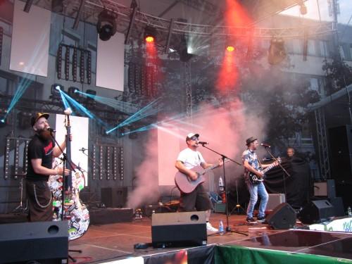 Die Rebell Tell Band gräbt mit ihrem Schlagerbilly-Sound zum Finale von Menden à la carte den Rathausplatz um.
