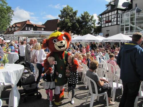 Blümchen heißt eines der XXL-Kuscheltiere der Jojo's, dass die Kinder auf die Bühne holt.