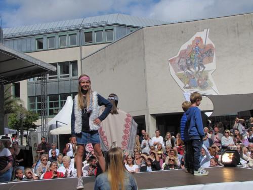 58 Kinder präsentieren junge Mode auf der großen Bühne