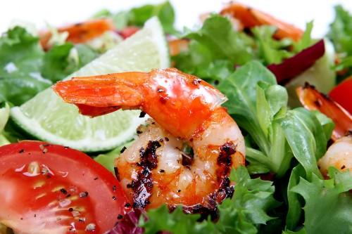Salat mit Garnele und Tomaten