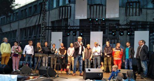 Hermann Niehaves, die Gastronomen und alle anderen Mitwirkenden verabschieden sich vom Publikum.
