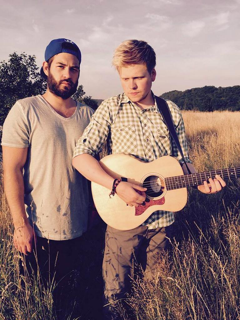 Minimal instrumentiert begeistert das Duo Safe By Sound sein Publikum mit einer Wanderung zwischen den Musikgenres.