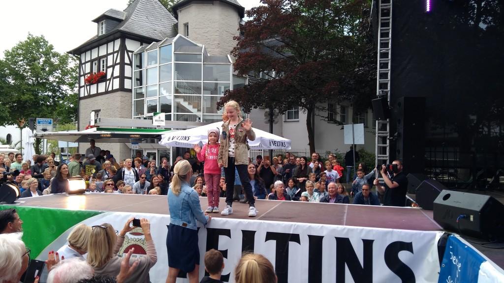 Schicke Kindermode auf dem Laufsteg der großen Bühne