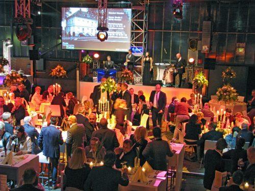 Festlich geschmückt war das Schmelzwerk für den Sponsorenabend zu Menden à la carte 2017. Für die musikalische Begleitung sorgten Mr. Moonlight.