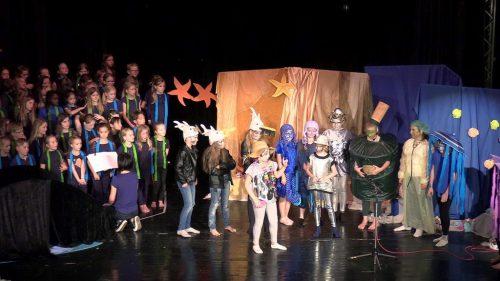 """Auszüge aus ihrem Kindermusical """"Abgetaucht"""" werden zur Festeröffnung von den Kindern der Albert-Schweitzer-Grundschule präsentiert."""