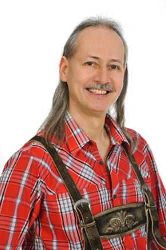 Ralf spielt bei den Original Riedberg-Buam Saxophon, Gitarre und Klarinette.