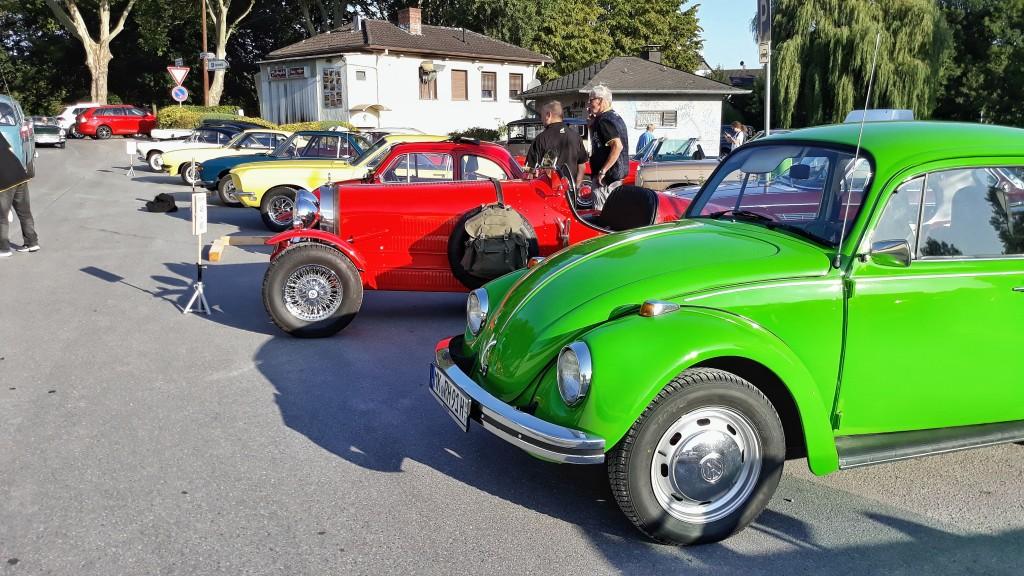 Die historischen Gefährte stehen bereit, um zum Startbogen auf dem Festplatz zu fahren.