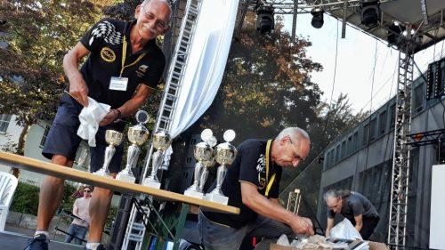 Die Pokale sind poliert und aufgereiht und werden gleich verliehen.