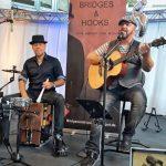 Bridges & Hooks sind zwei ausdrucksstarke Singer/Songwriter.