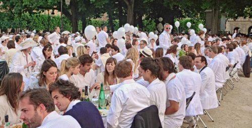 Ein Dîner en blanc ist ein wunderschönes und stilvolles Gemeinschaftserlebnis.