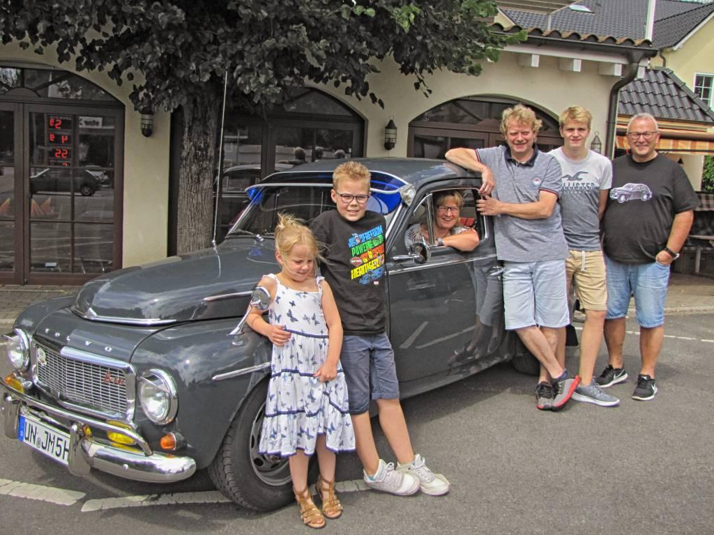 Mit dem Buckelvolvo zu Besuch beim Hotel-Gasthof Hünnies: Enkel Martha und Noah, Ulla Kunert, Frank Hünnies, Felix Hünnies und Jörg Müller (v.l.n.r.) (Foto: Peter Müller)