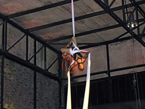 Akrobatische Darbietung unter dem Dach des Schmelzwerkes
